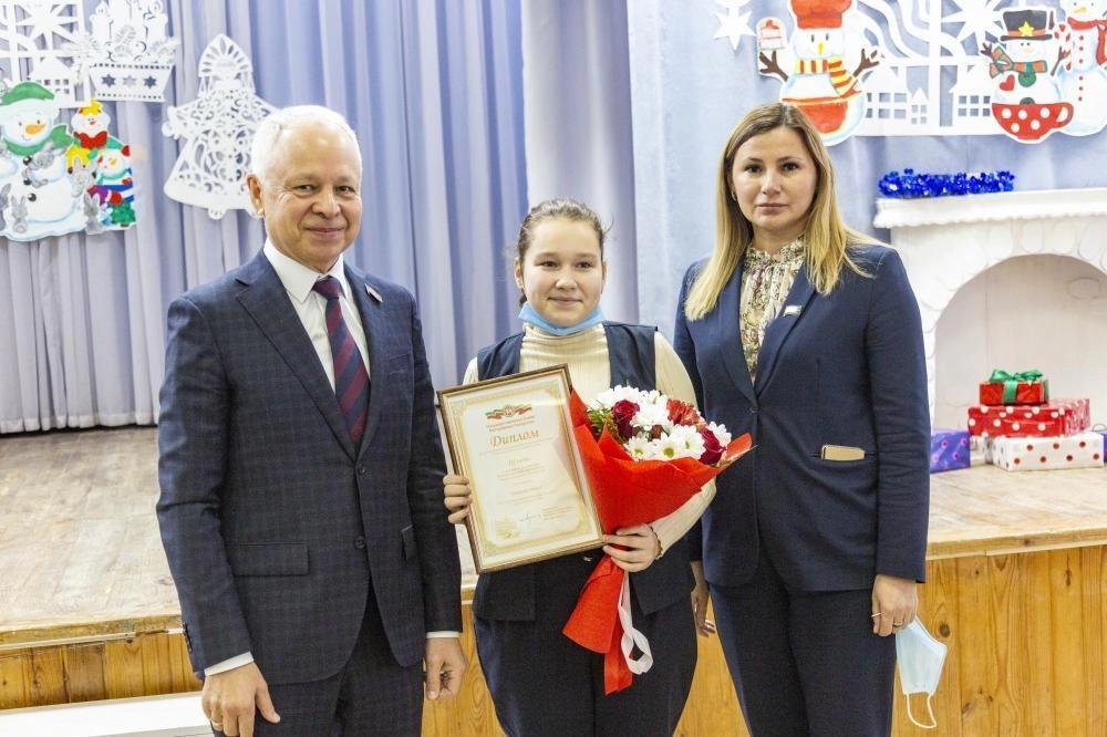 Топ-менеджер «КАМАЗа» вручил челнинским школьницам дипломы республиканского конкурса