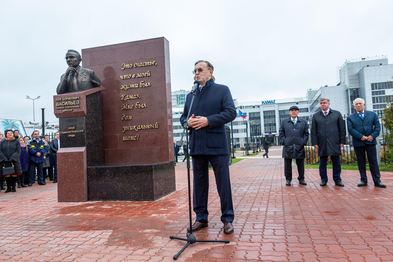 На «КАМАЗе» установили бюст первого генерального директора