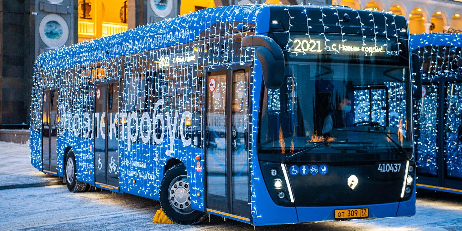 На линии Москвы вышли новогодние электробусы КАМАЗ