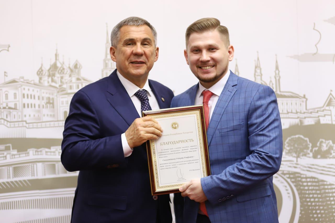Рустам Минниханов вручил награду камазовцу