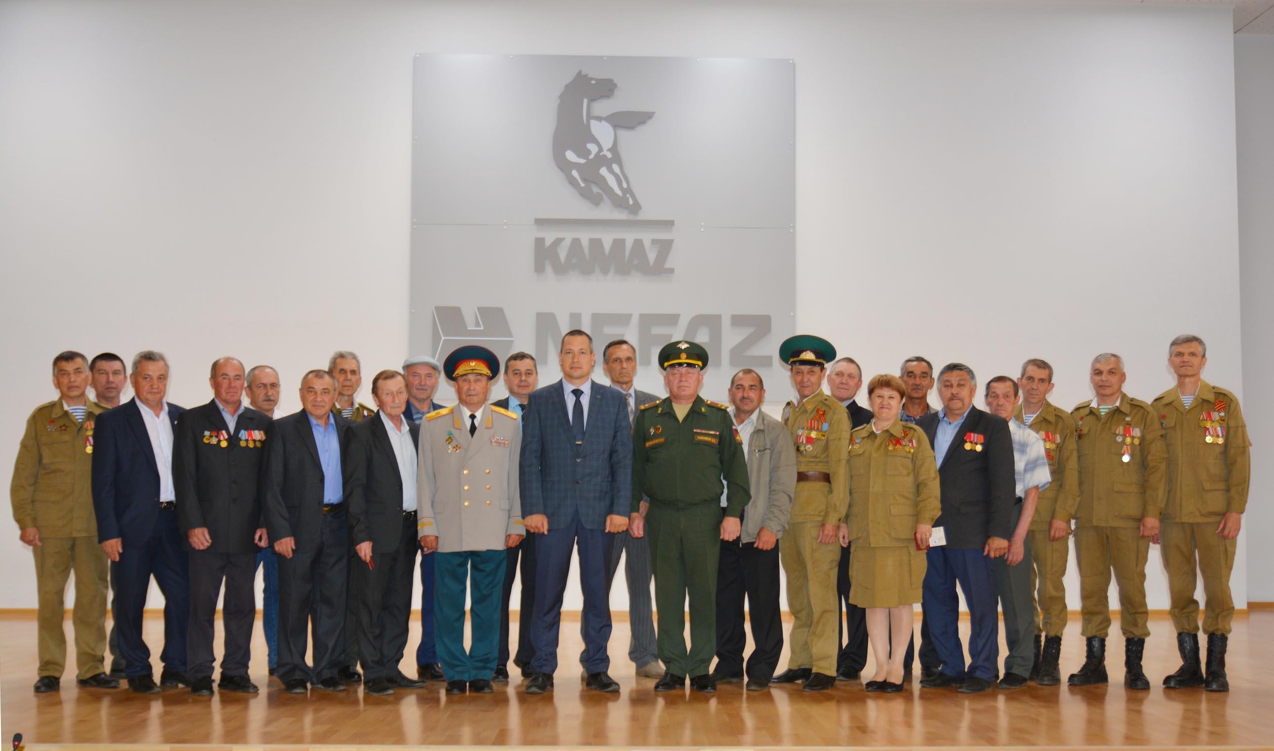 Памятные медали – ветеранам «НЕФАЗа»