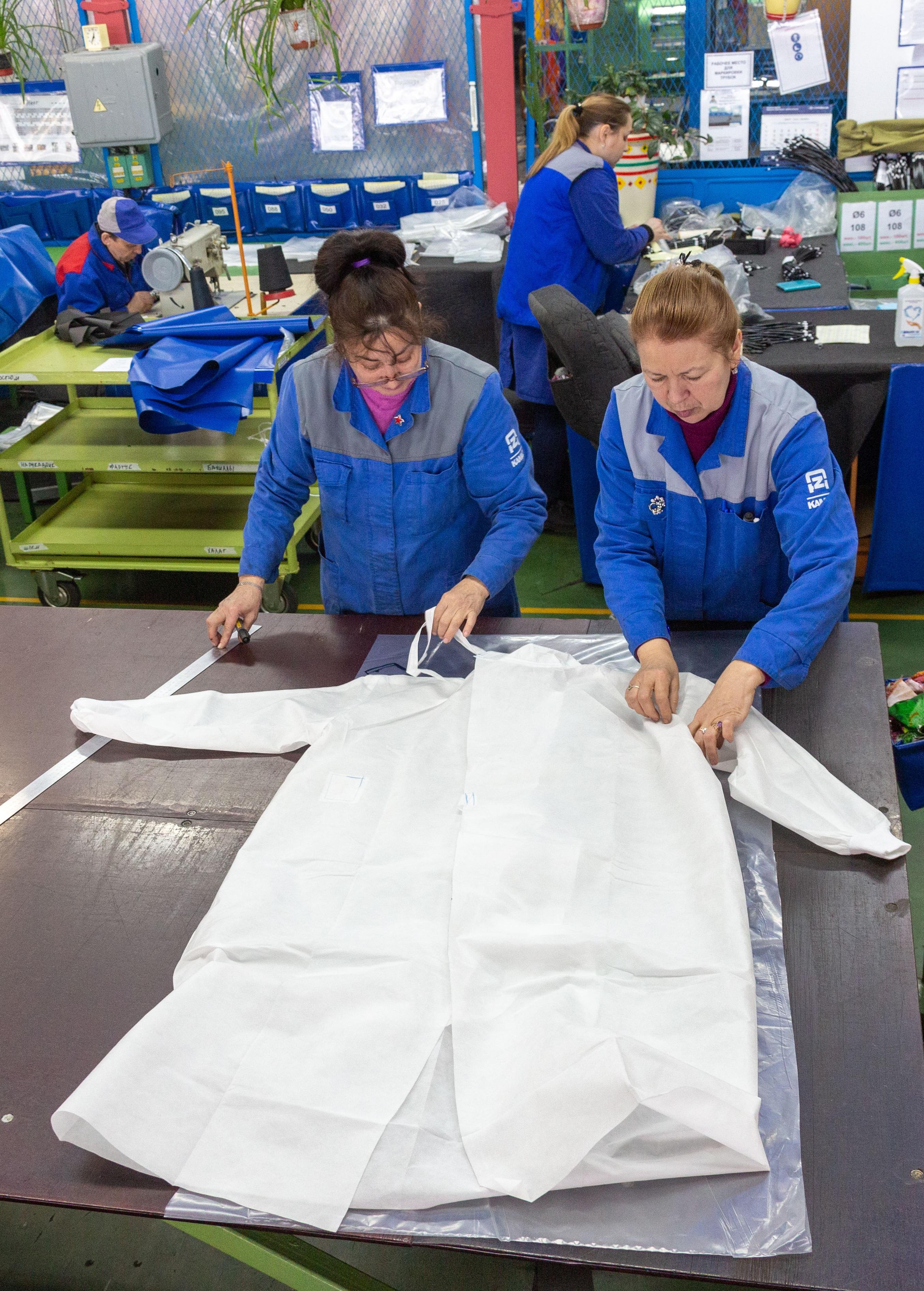 «КАМАЗ» передал партию противоэпидемических костюмов медучреждению города